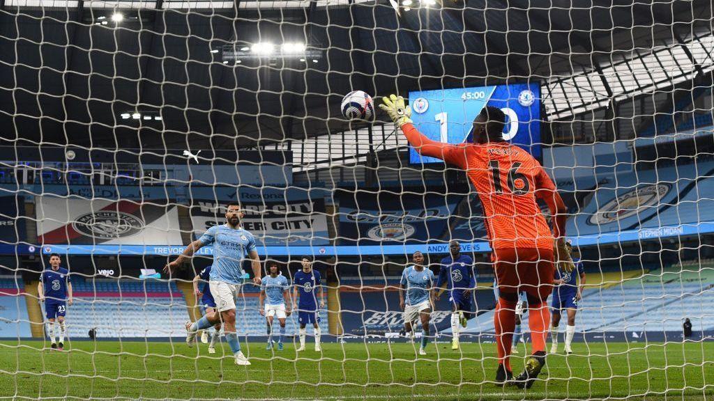 Kun Agüero picó un penal cuando el Manchester City le ganaba 1-0 al Chelsea y el arquero lo atajó.