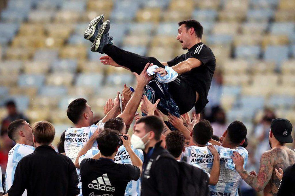 Lionel Scaloni siendo llevado en andas tras la conquista de la Copa América.