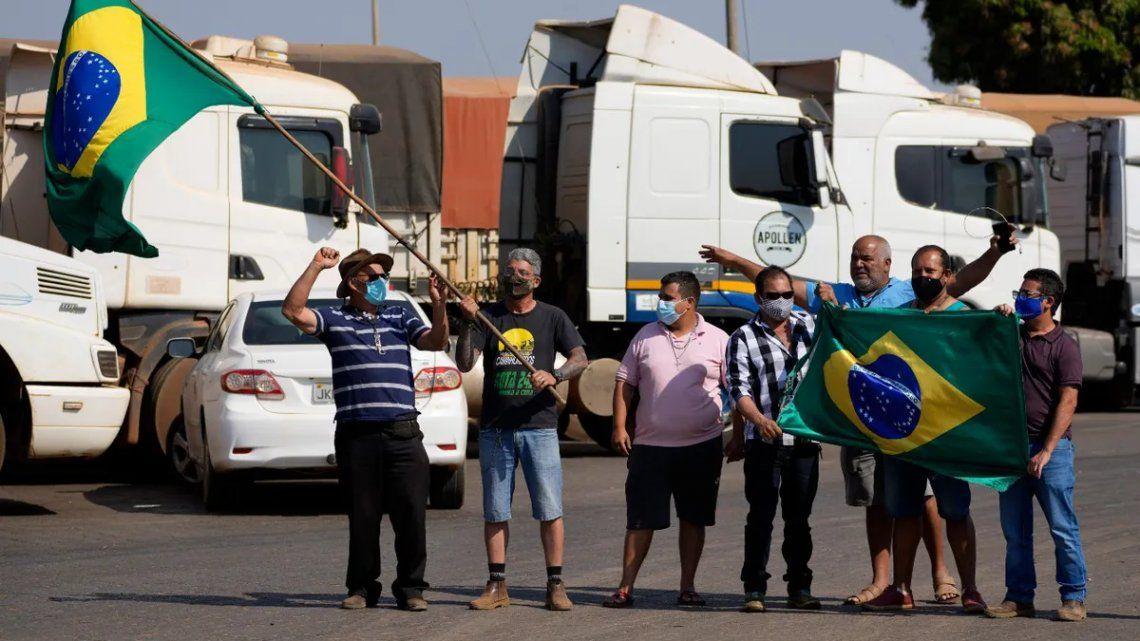 Brasil: un grupo de camioneros hacen flamear una bandera en un piquete en apoyo a Bolsonaro
