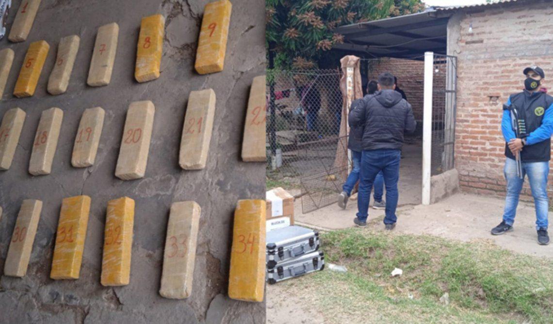 Dentro de los bolsos encontraron 77 paquetes rectangulares con marihuana.