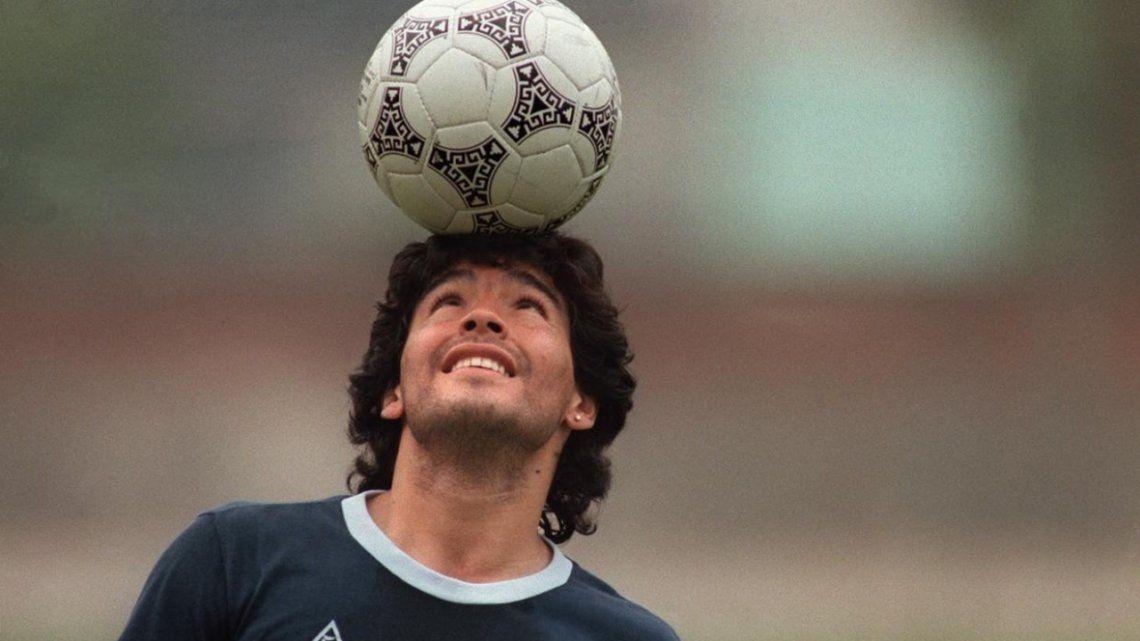 Diego Maradona disfrutando de su mejor juguete: la pelota.