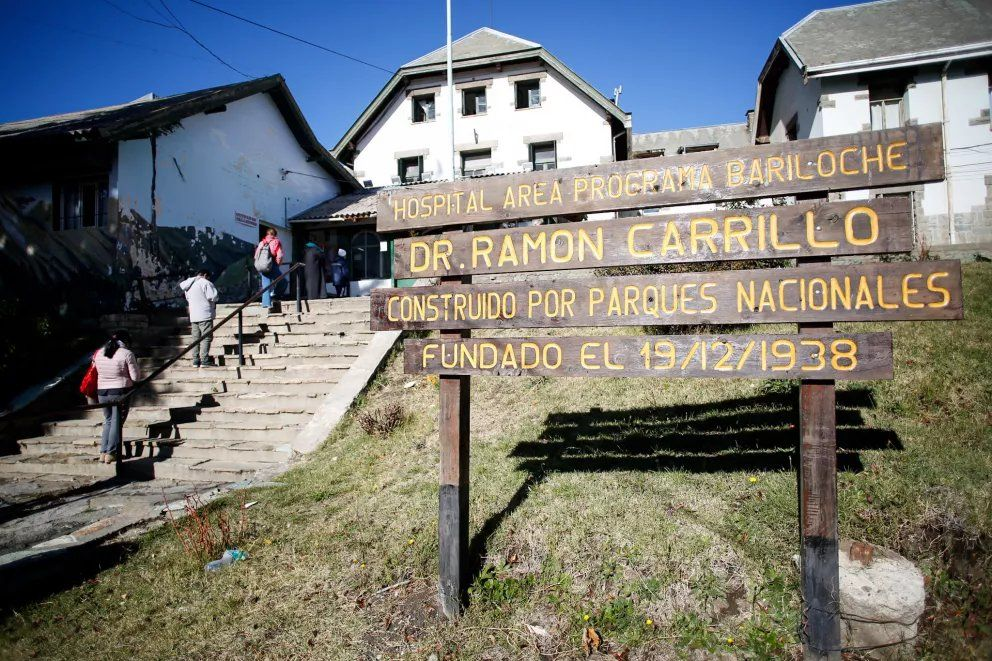 El herido ingresó al Hospital Zonal de Bariloche con el cuchillo clavado en la frente.