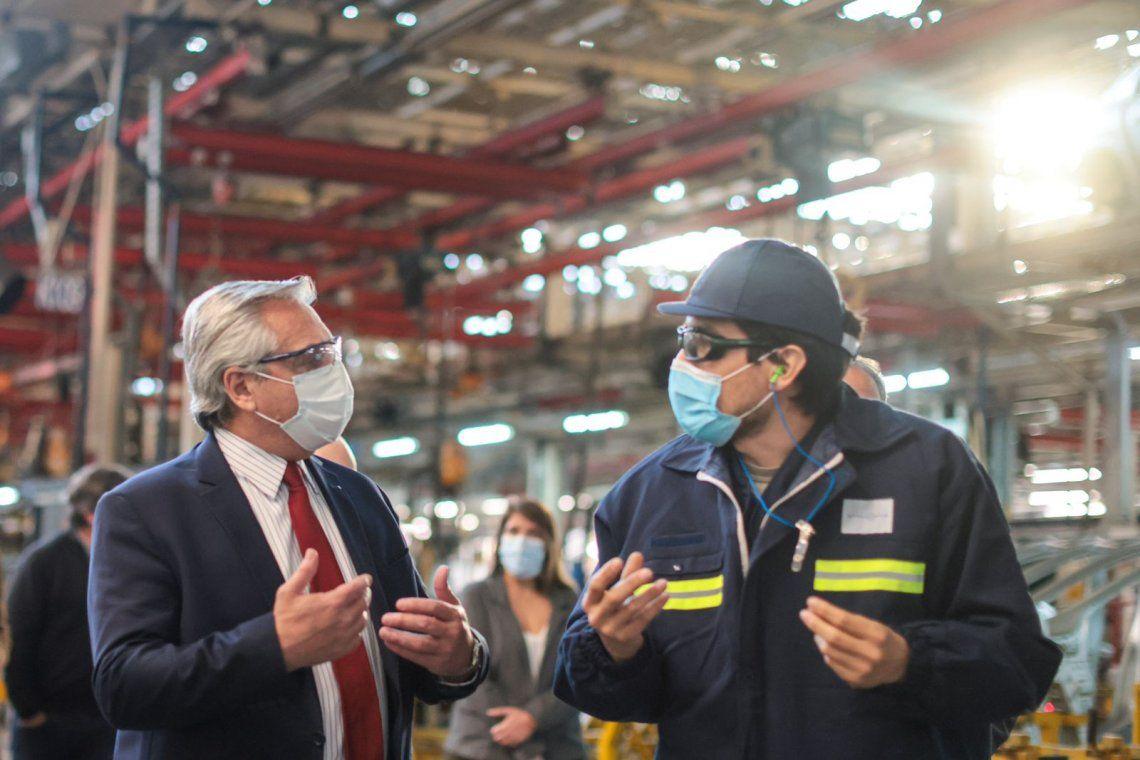 Fernández firmó el decreto para convertir planes en empleo