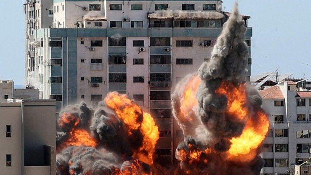 El ejército de Israel arrasó la torre de 13 pisos que albergaba las oficinas de Al Jazeera y Associated Press (AP).