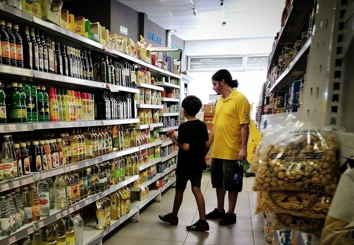 El relevamiento de la consultora resalta la derrota de salarios y jubilaciones ante los precios de los alimentos.