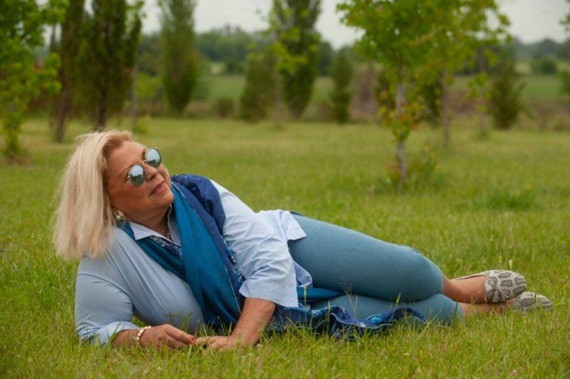 Elisa Carrió sobre el pasto
