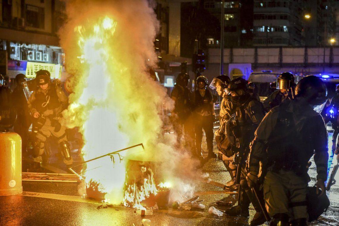 Hong Kong: golpean y prenden fuego a un policía de civil