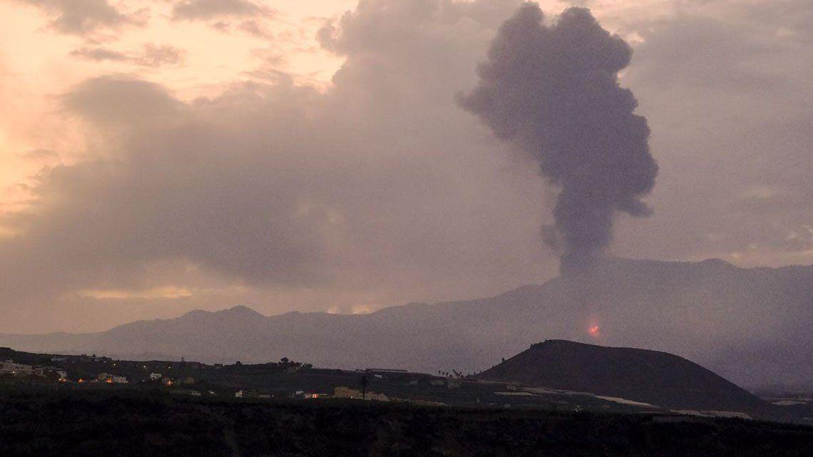 Volcán en La Palma: la lava entra en las plataneras y quema plásticos.