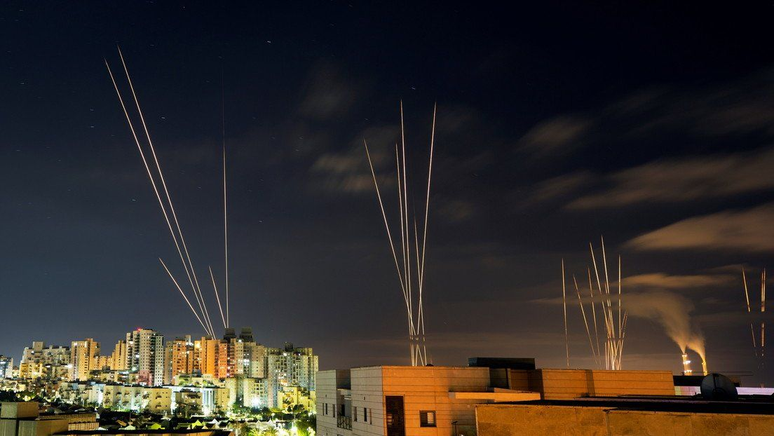 Cohetes lanzados por Hamas sobrevuelan Israel