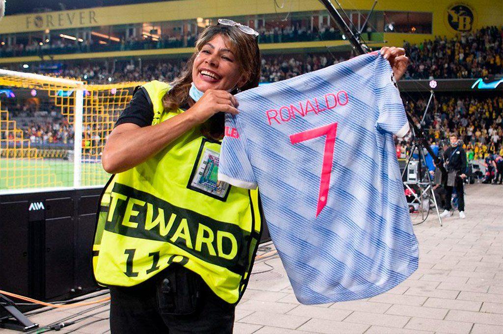 Sonrisa luego del susto: la mujer que recibió el pelotazo posa con la camiseta de Cristiano Ronaldo.