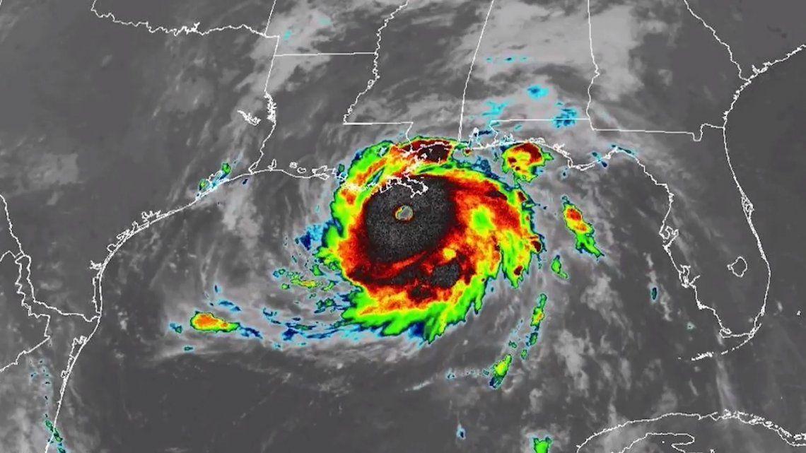 El huracán ganó fuerza con rapidez a su paso sobre el Golfo de México y ya registra vientos máximos de 230 km/h.