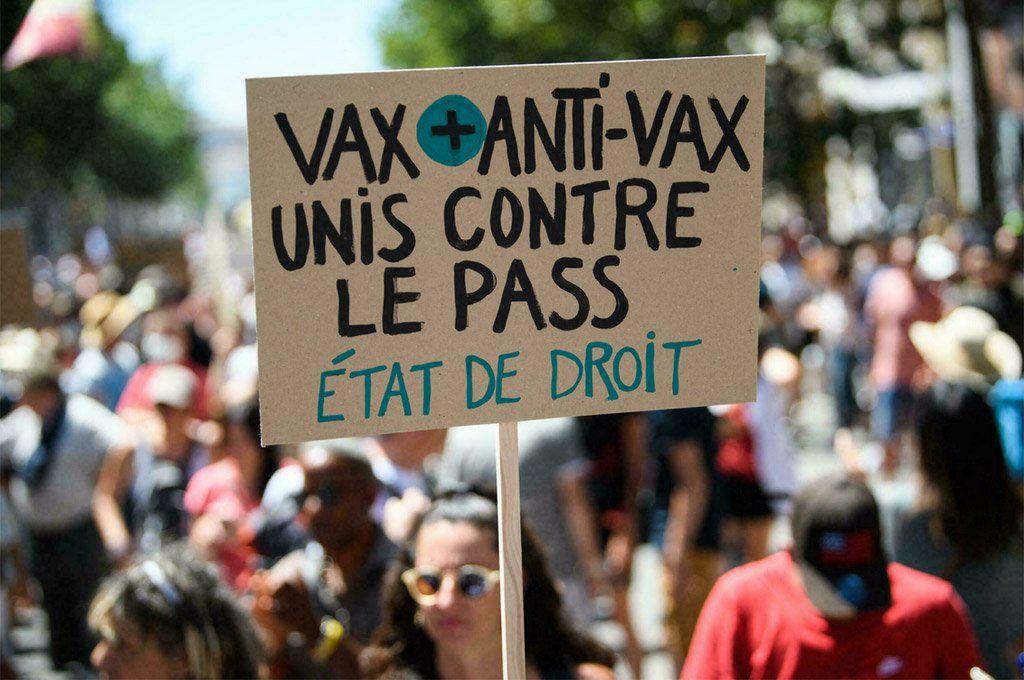 La manifestación une a los vacunas y los anti-vacunas en defensa del estado de derecho.