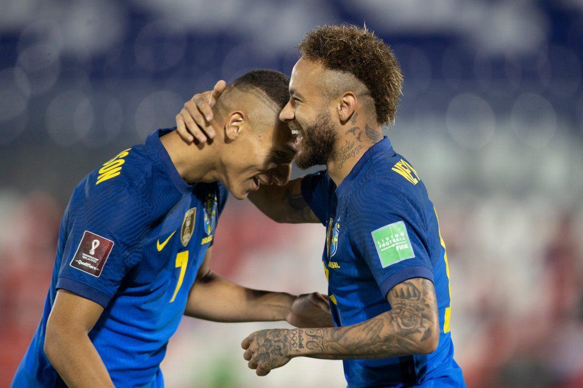 Neymar y Richarlison festejan el primer gol de Brasil