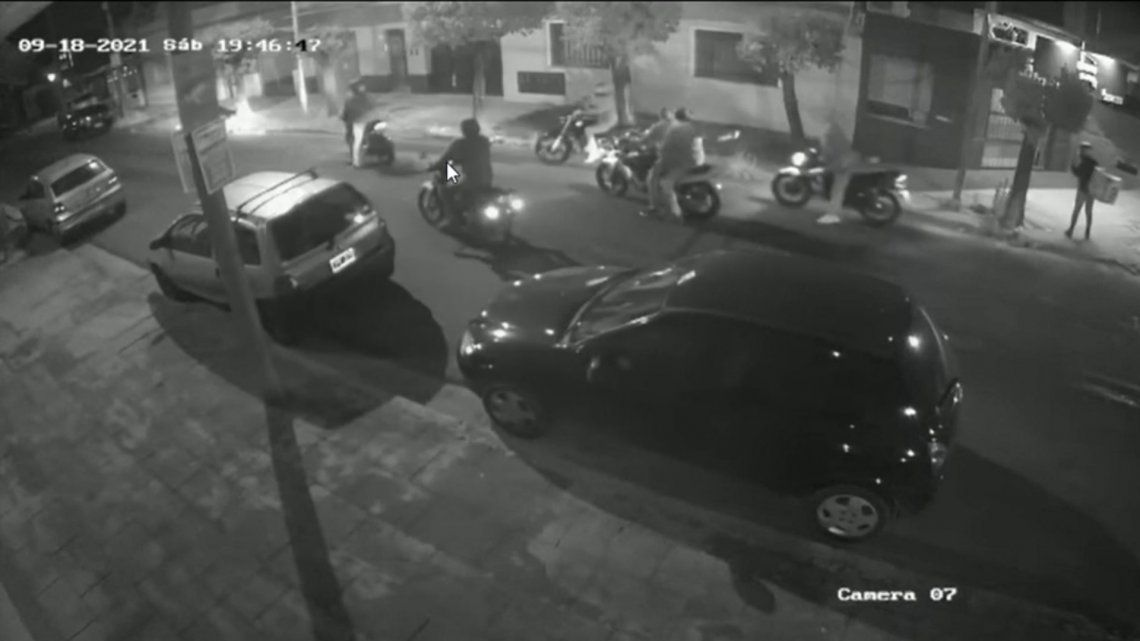 En las imágenes se observa cómo los ladrones apuntan con un arma a la victima