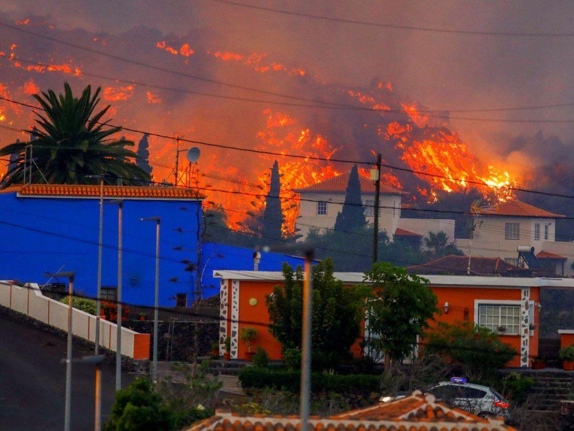 Se calcula que los ríos ardientes ya se han tragado más de un centenar de viviendas y otras infraestructuras.