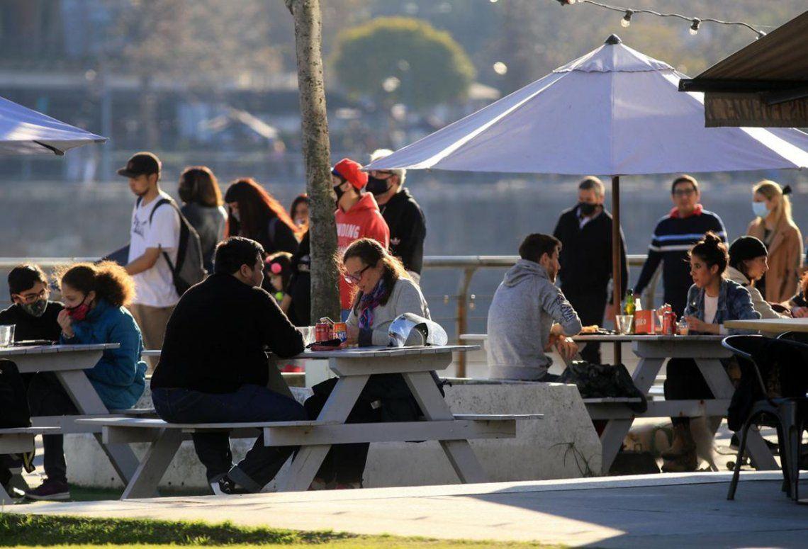 Los locales gastronómicos como restaurantes y bares podrán tener sus huertas abiertas hasta las 12 de la noche.