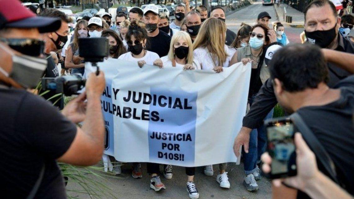 Claudia Villafañe, Dalma y Giannina, presentes en la Marcha por Maradona.