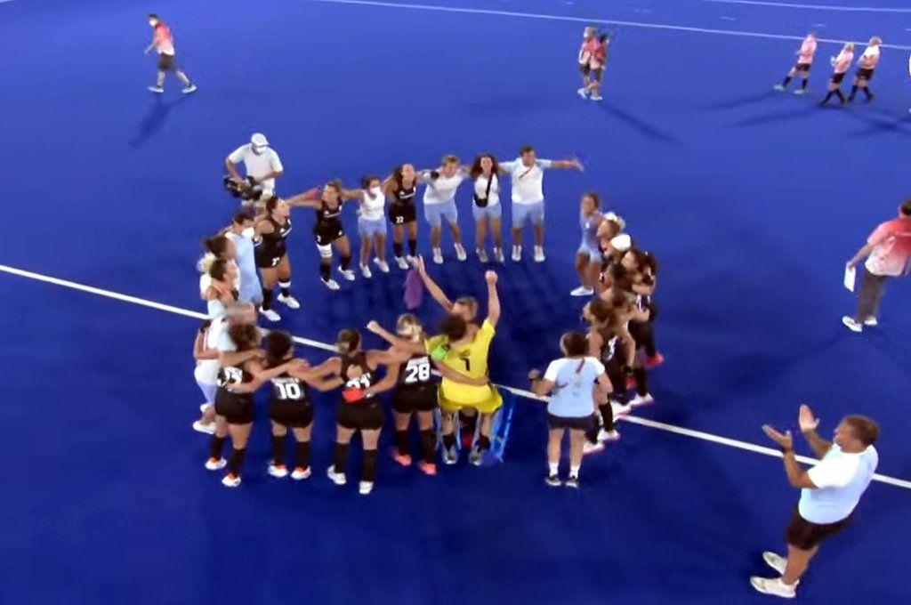 La ronda del equipo argentino celebrando la victoria y el pase a la final. Captura de TV.