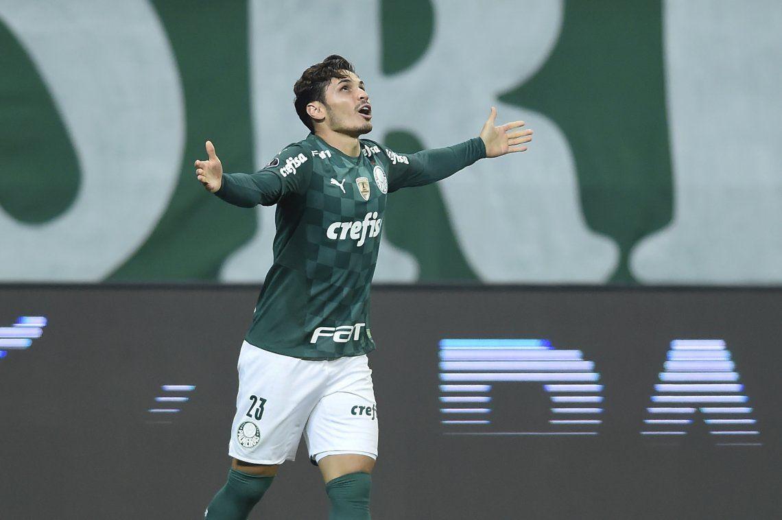 Raphael Veiga celebra uno de los tres goles con los que Palmeiras venció a San Pablo