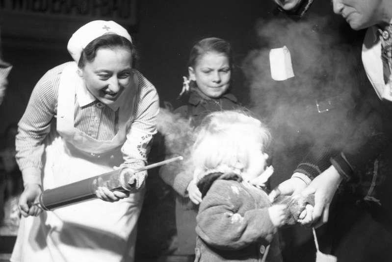 Una niña es rociada con DDT en polvo como remedio contra los piojos en 1945. El pesticida esta prohibido desde los años 70