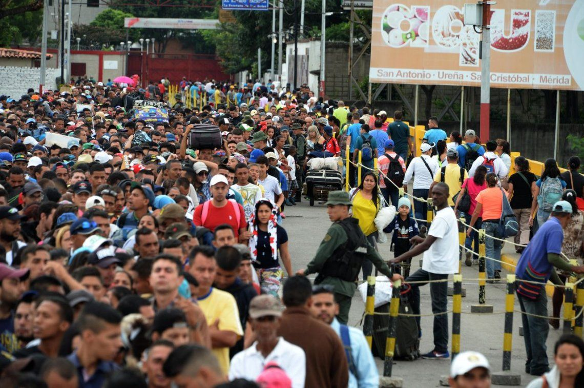 Huida masiva en Venezuela : estiman que el 15% de la población escapará del país