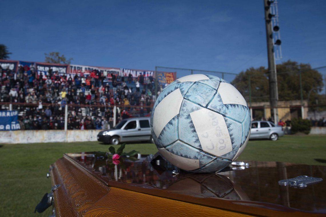 El último adiós a una leyenda del fútbol argentino: un millar de personas despidieron al Trinche Carlovich en el Gabino Sosa