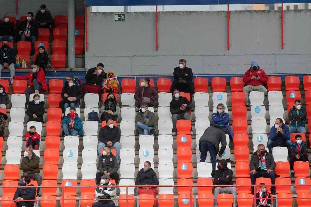 En Europa el regreso del público a los estadios de fútbol también se implementó con aforo. Archivo.