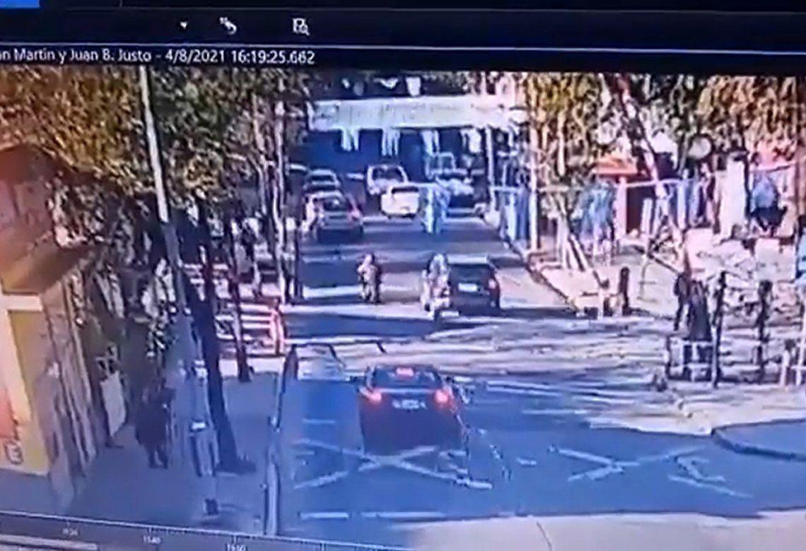 Una cámara de seguridad captó la secuencia que termina con el abogado discutiendo y luego atropellando al motociclista.