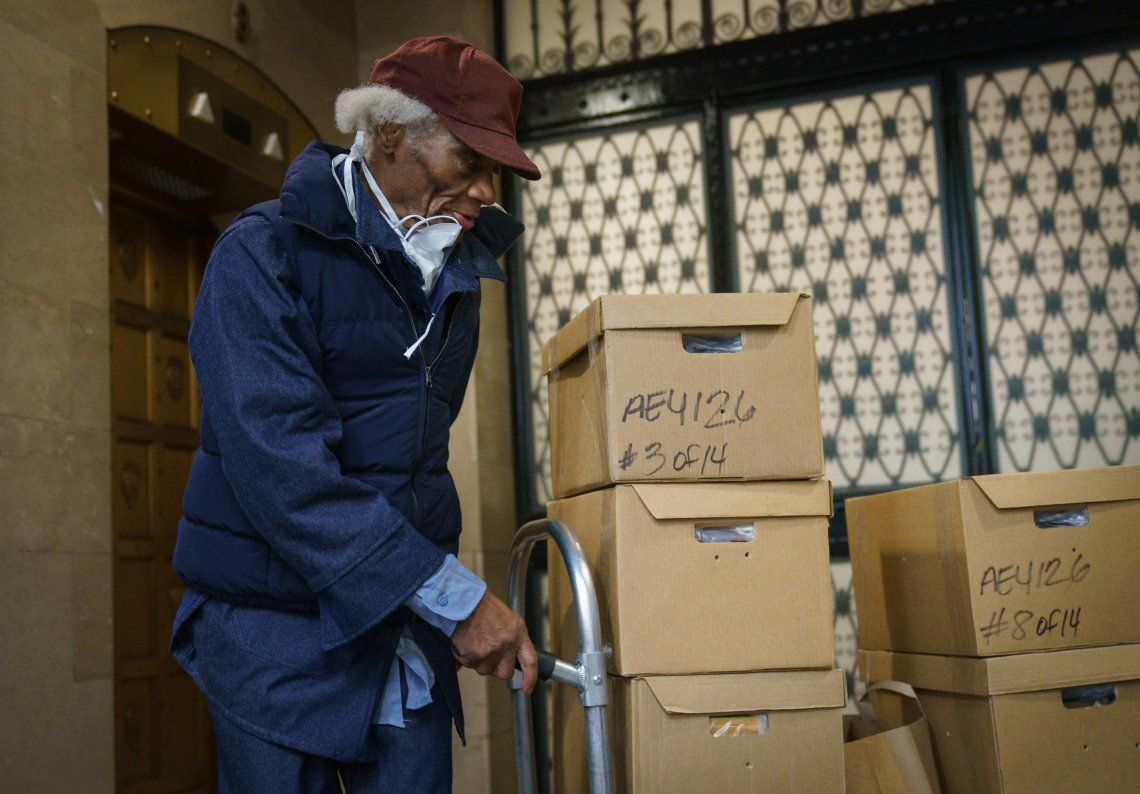 Cuando fue puesto en libertad luego de 68 años, iba acompañado de una docena de grandes cajas de archivos legales.