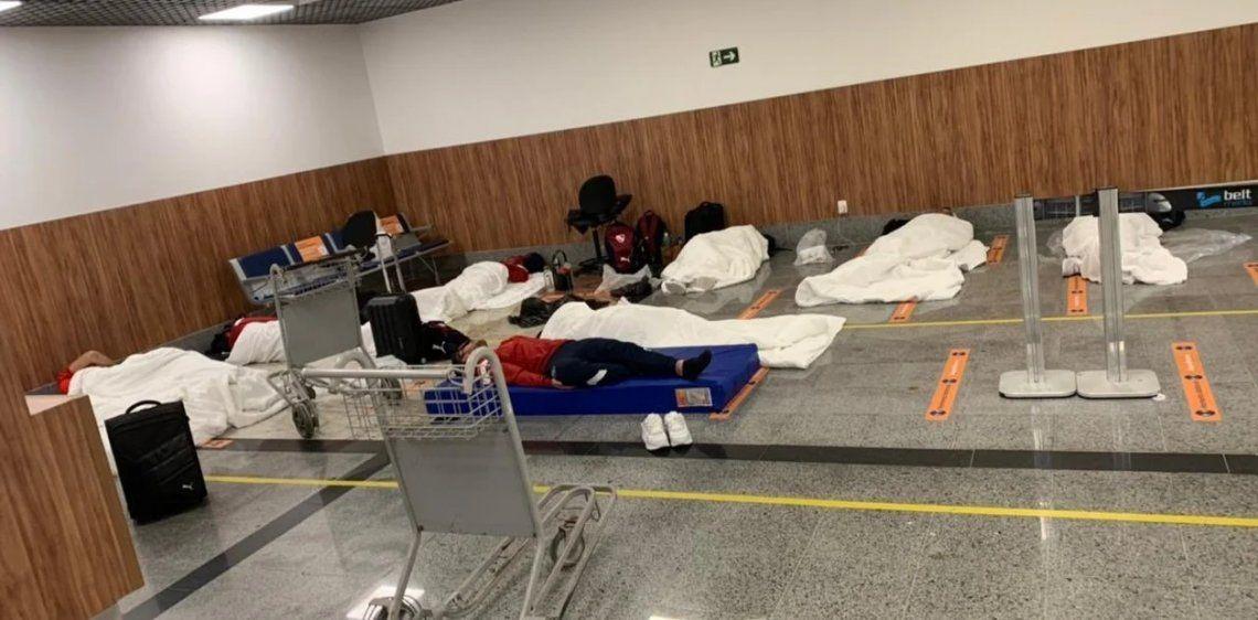 Los jugadores de Independiente que no pudieron pasar el control sanitario durmieron en el aeropuerto