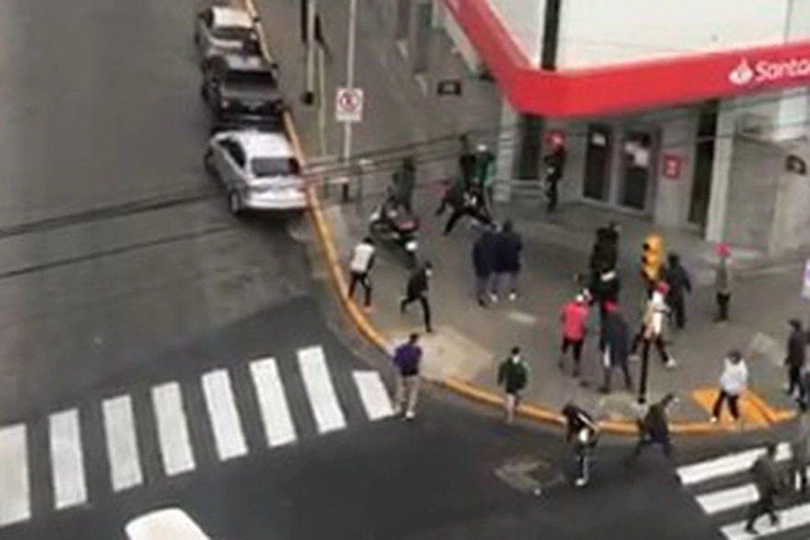 Violento enfrentamiento de barras de Independiente.