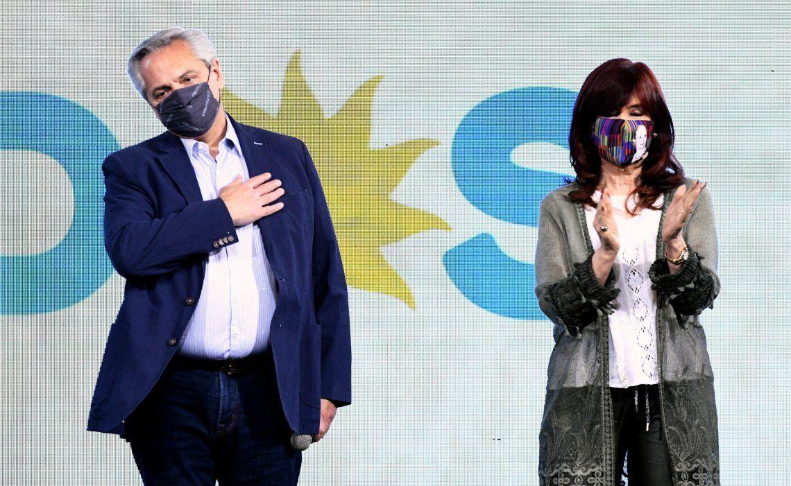 Alberto Fernández dio la cara ante la dura derrota electoral. Cristina guardó silencio.