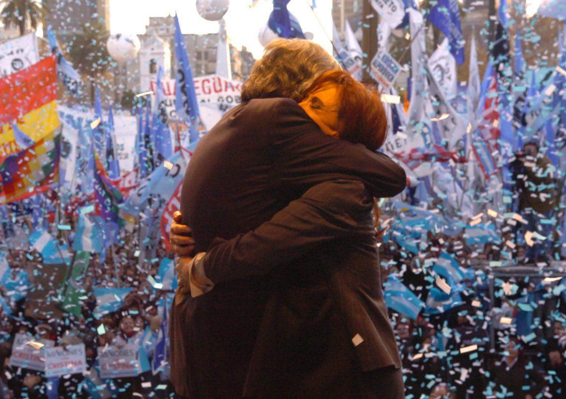 Cristina Kirchner publicó en su cuenta de Twitter una extensa carta en el décimo aniversario de la muerte de Néstor Kirchner y el primero del triunfo electoral del Frente de Todos