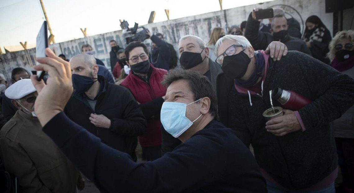 En Salto no faltaron las selfies durante la visita del precandidato a diputado nacional.