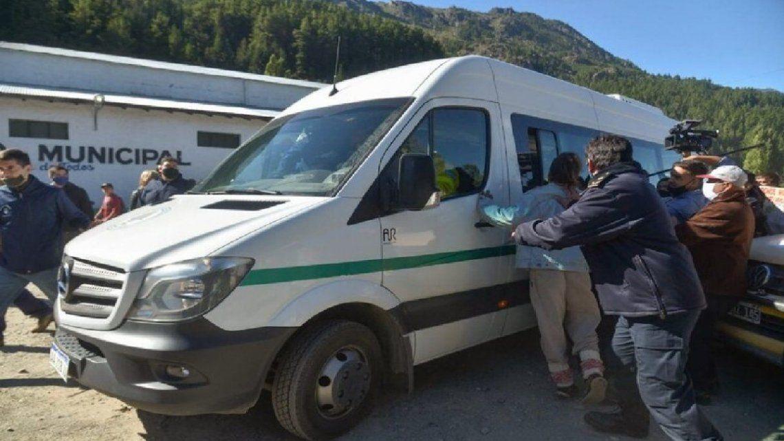 El vehículo de Alberto Fernández fue agredido con piedras en su visita a la provincia en medio de la crisis por los incendios.