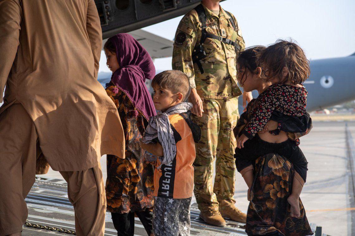 Estados Unidos acelera las evacuaciones en Afganistán y toma represalias contra ISIS