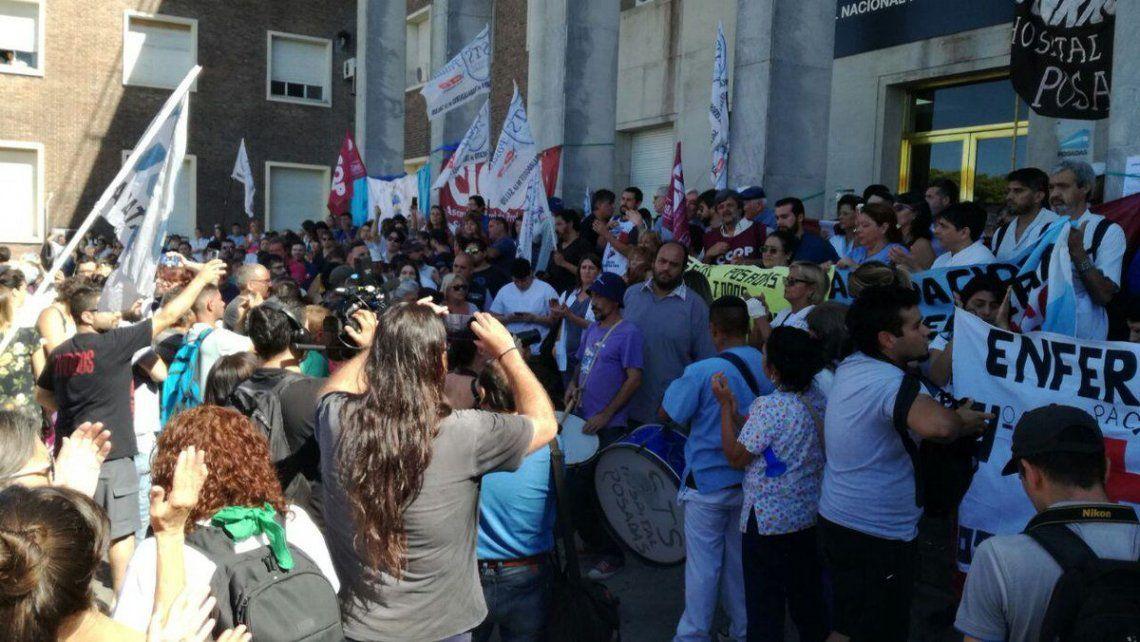 Trabajadores del Hospital Posadas denuncian más de 100 despidos