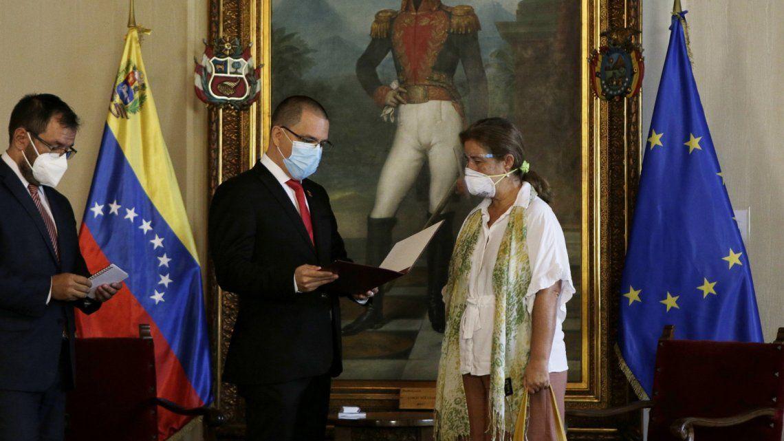 La embajadora europea recibe de manos del canciller Arreaza la carta de persona non grata.