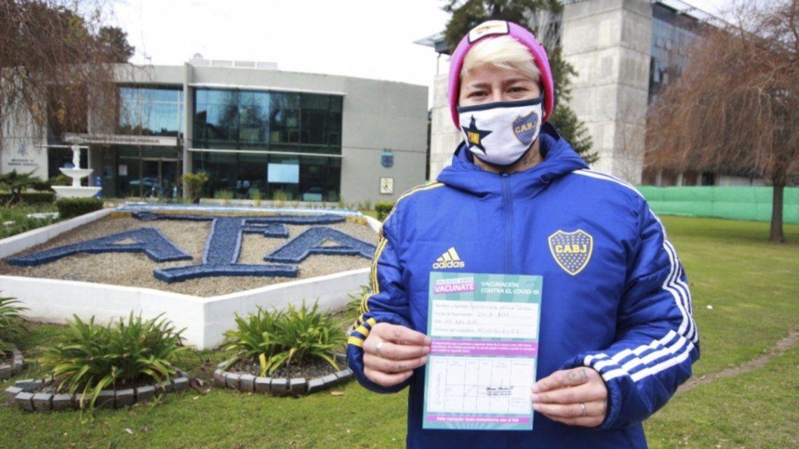 Jugadora de Boca Juniors vacunada en el predio de la AFA.